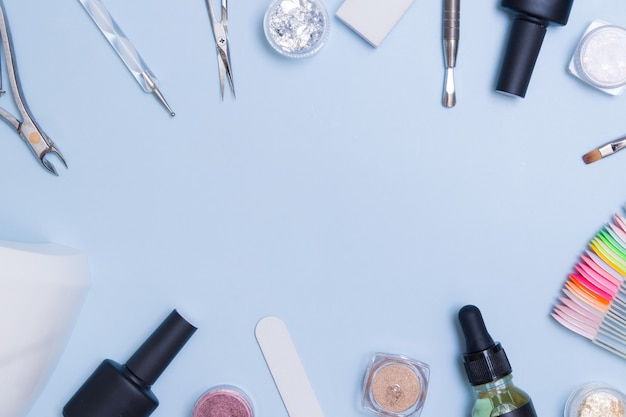 Quadro de ferramentas e materiais para manicure plana leigos com espaço de cópia. fundo criativo de manicure