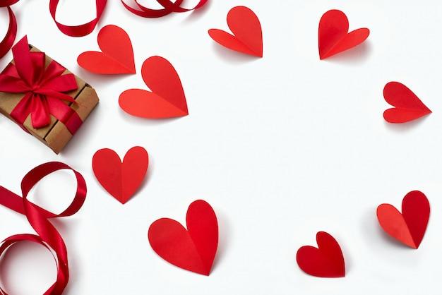Quadro de fita vermelha coração branco fundo
