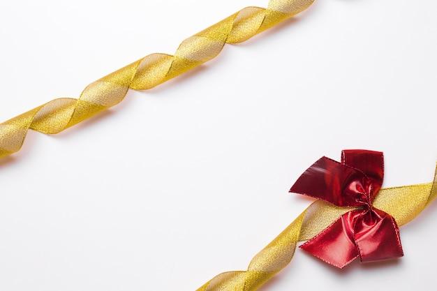 Quadro de fitas douradas e arco