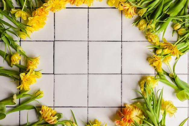 Quadro de flores amarelas em um fundo de piso de ladrilho branco