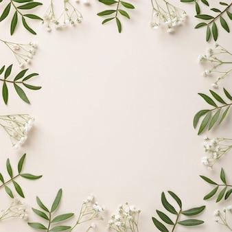 Quadro de flores brancas e folhas verdes em fundo branco biege