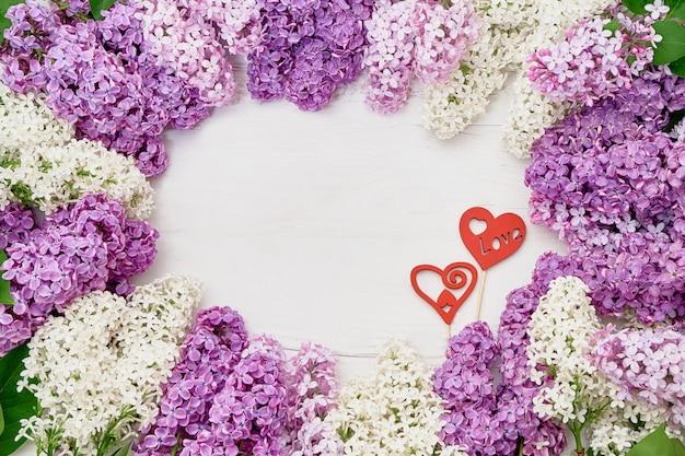 Quadro de flores lilás e corações vermelhos em fundo branco