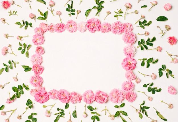 Quadro de flores rosa entre conjunto de belas flores e folhas