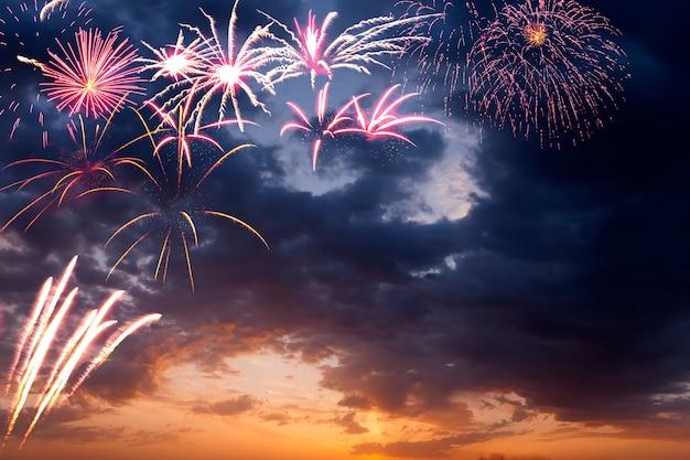 Quadro de fogos de artifício de férias no céu noturno com nuvens majestosas, longa exposição