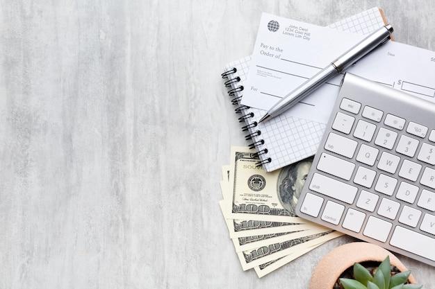 Quadro de folha de pagamento de vista superior com cheque em branco