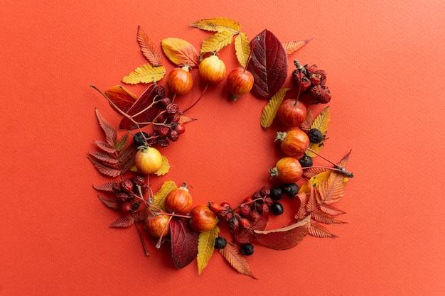 Quadro de folhas de outono em um fundo vermelho