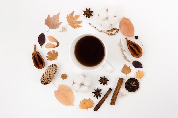Quadro de folhas de outono vista superior com café