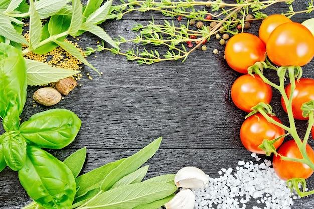 Quadro de folhas saborosas, sálvia, manjericão e tomilho, sal, noz-moscada e alho, sementes de mostarda, ervilhas e tomates