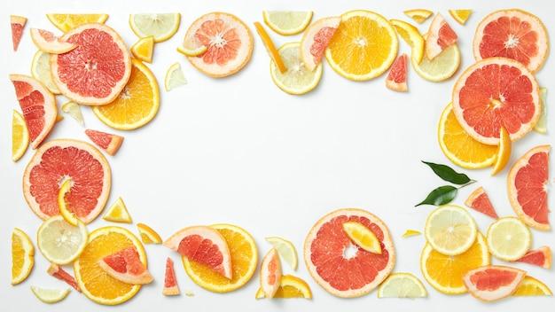 Quadro de frutas cítricas de fatias de frutas cítricas isoladas na mesa branca como um símbolo de alimentação saudável e reforço do sistema imunológico com vitaminas naturais.