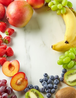 Quadro de frutas frescas e bagas na mesa da cozinha, vista superior