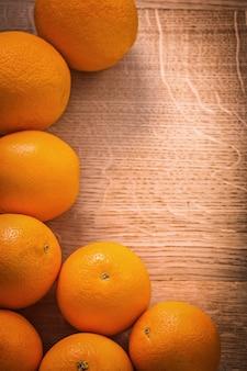 Quadro de frutas laranja na placa de madeira com copyspace organizado
