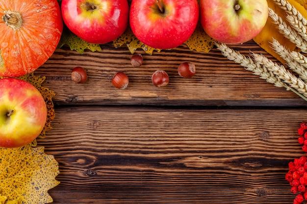 Quadro de frutas na mesa de madeira