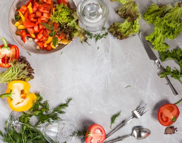 Quadro de fundo cinza com legumes de alface, copyspace