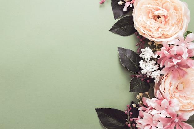 Quadro de fundo de páscoa com composição de flores na placa verde. moldura festiva ou borda. vista superior com espaço de cópia.
