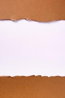 Quadro de fundo de tira de papel marrom rasgado vertical