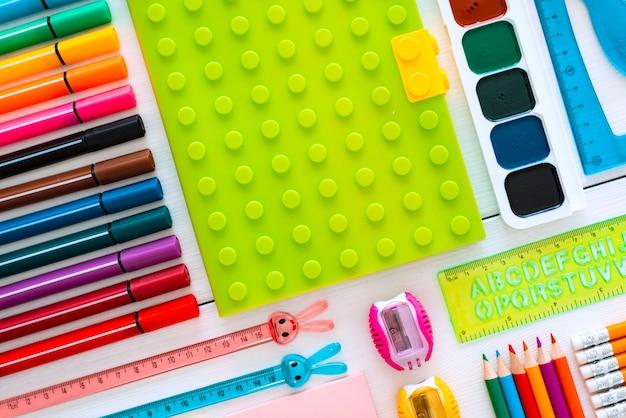 Quadro de giz colorido papelaria plana sobre branco da mesa