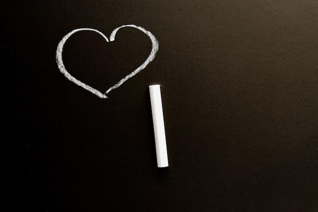 Quadro de giz com o coração desenhado. textura de fundo com espaço de cópia