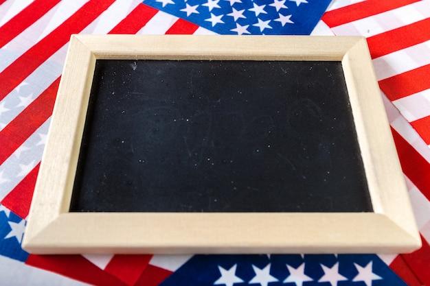 Quadro de giz em branco com bandeira americana