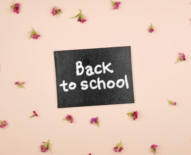 Quadro de giz preto com a inscrição de volta à escola