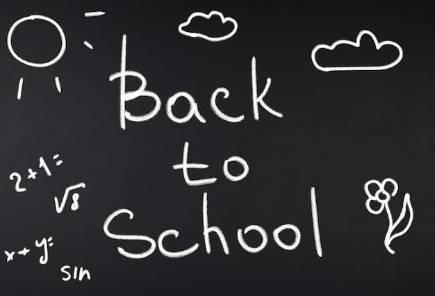 Quadro de giz preto ee a inscrição de volta à escola, quadro completo
