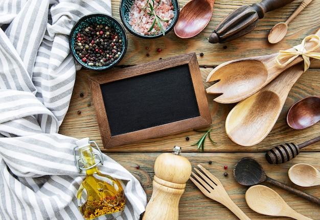 Quadro de giz vazio e utensílios de cozinha com especiarias