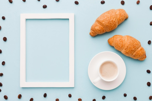 Quadro de grãos de café com croissants