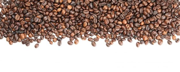 Quadro de grãos de café, isolado no branco, vista superior