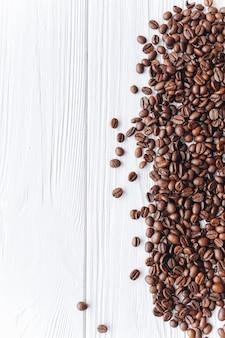 Quadro de grãos de café no fundo branco