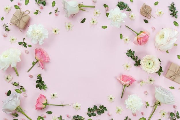 Quadro de grinalda de flores feito de diferentes flores e folhas, plana leiga, vista superior fundo