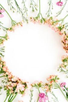 Quadro de grinalda feito de flores silvestres. antecedentes dos namorados