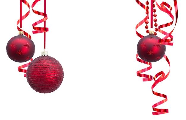 Quadro de guirlandas de bolas de natal vermelhas isolado no branco
