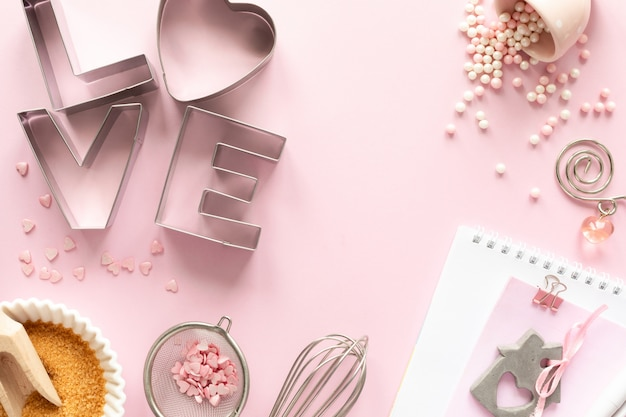 Quadro de ingredientes alimentares para assar um pastel suavemente rosa. conceito de cozimento.