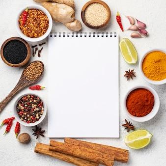 Quadro de ingredientes de comida asiática com caderno em branco