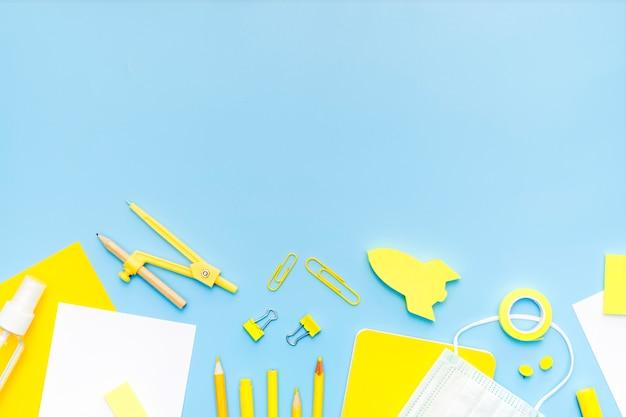 Quadro de itens de escola com cópia-espaço