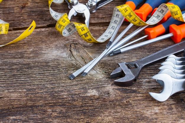 Quadro de kit de ferramentas em fundo de madeira com espaço de cópia