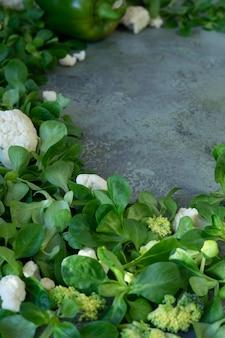 Quadro de legumes frescos e salada de milho. fundo verde para espaço de cópia de texto