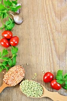 Quadro de lentilhas verdes e vermelhas em uma colher de pau