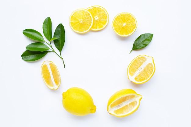 Quadro de limão e fatias com folhas isoladas