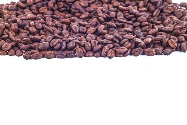 Quadro de listra de grãos de café torrados isolado no branco uso como plano de fundo