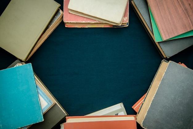 Quadro de livros antigos com fundo copyspace
