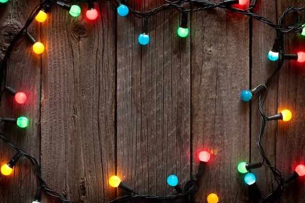 Quadro de luzes coloridas de natal em mesa de madeira com espaço de cópia