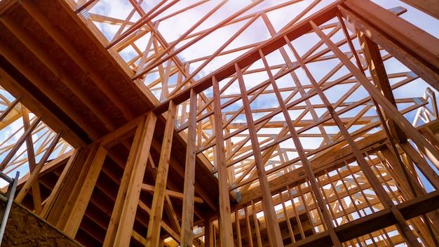 Quadro de madeira da casa para uma casa progredindo uma nova madeira de desenvolvimento