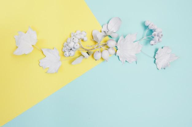 Quadro de maquete branca com abóbora, frutas e folhas em um fundo multicolor e pastel de outono