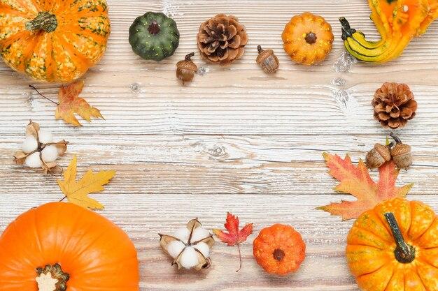 Quadro de maquete com abóboras e decoração para o dia de ação de graças e outono em fundo branco de madeira