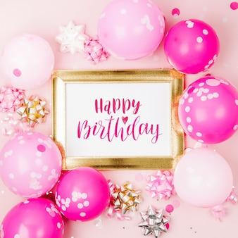 Quadro de maquete com balões rosa, confetes e decorações. conceito de festa ou festa de aniversário. vista plana, vista de cima