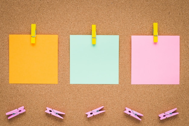 Quadro de mensagens com etiquetas de papel multicoloridos, copyspace.