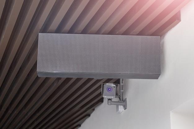 Quadro de mensagens de luz subterrânea com câmera de vigilância por vídeo
