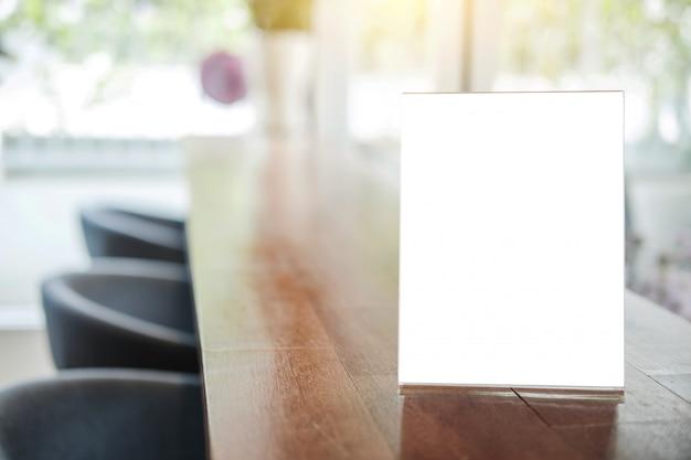 Quadro de menu em branco na tabela stand para o seu texto de exibir seu produto