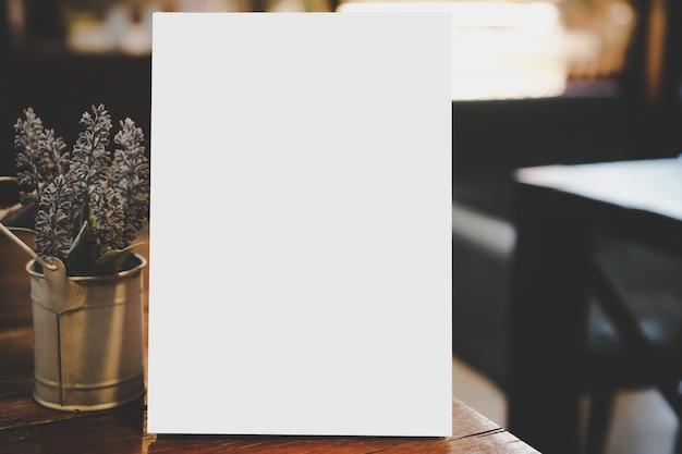 Quadro de menu em branco no restaurante com vaso