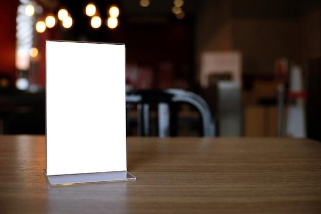 Quadro de menu em pé na mesa de madeira no bar restaurante cafe.